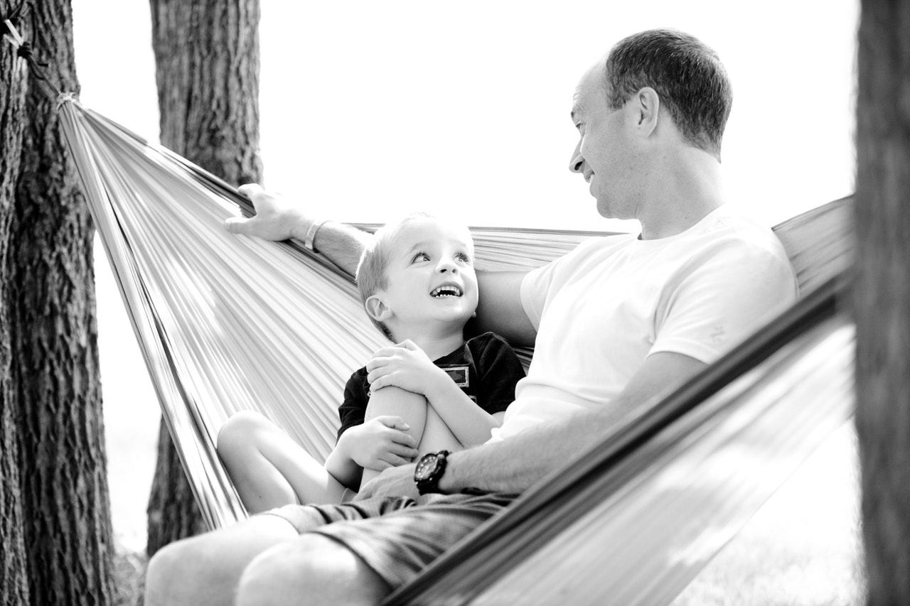 ¿Cómo puedo acercar a mi hijo a la educación financiera?